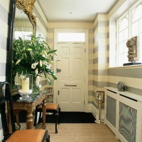 L'intérieur du couloir avec une fenêtre sur la rue