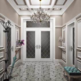 Grand lustre dans le plafond du couloir