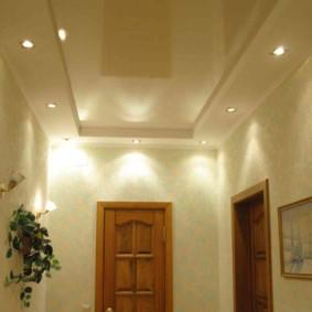 Plafond combiné dans le couloir d'une maison privée