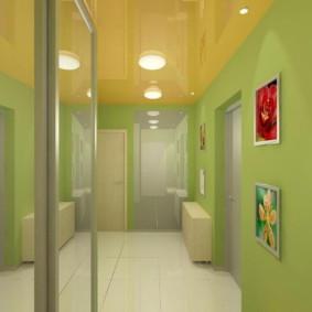 Murs verts dans un couloir étroit