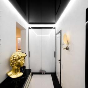 Plafond noir dans le couloir avec des murs blancs