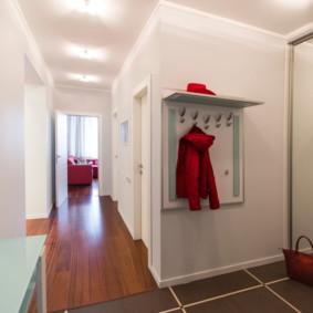 Veste rouge sur un cintre ouvert
