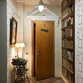Porte entrouverte dans le couloir d'une maison de campagne
