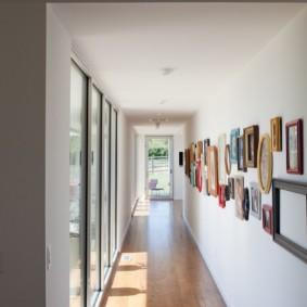 Long couloir avec des peintures sur le mur