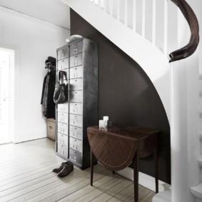 Couloir de style scandinave avec escaliers