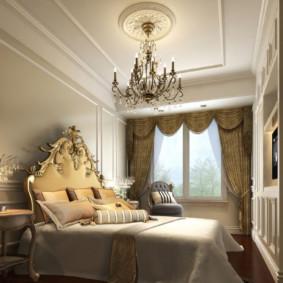 Rosace en plâtre au plafond de la chambre