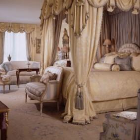 Rideaux à baldaquin en soie dans la chambre