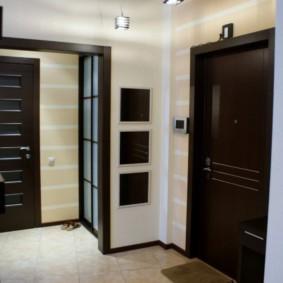 Portes noires dans le couloir de l'appartement