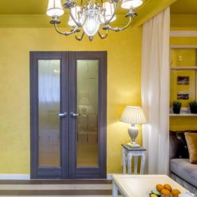 Murs jaunes dans un petit salon