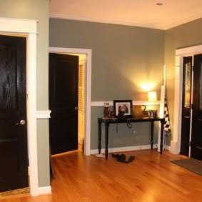 Murs gris du couloir dans une maison à panneaux