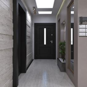 Couloir étroit devant la porte d'entrée
