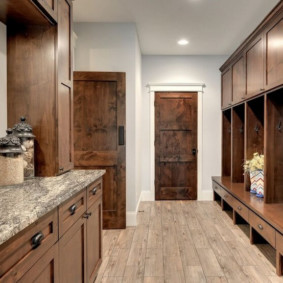 Meubles en bois dans le couloir d'une maison privée