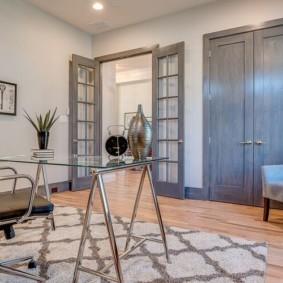Portes grises à l'intérieur de l'appartement