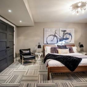Couvre-lit noir sur un lit double