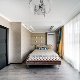 Chambre lumineuse avec une grande fenêtre