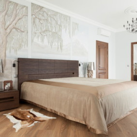Tête de lit marron d'un lit large