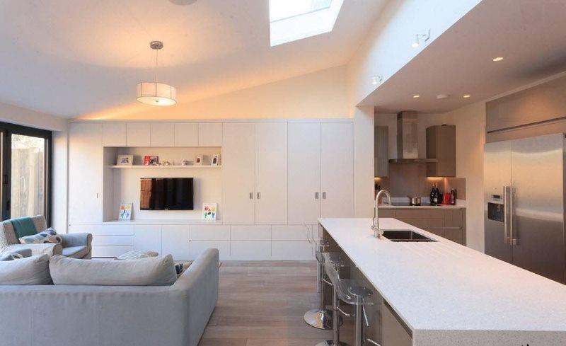المطبخ غرفة المعيشة النمط الحد الأدنى الداخلية في منزل خاص