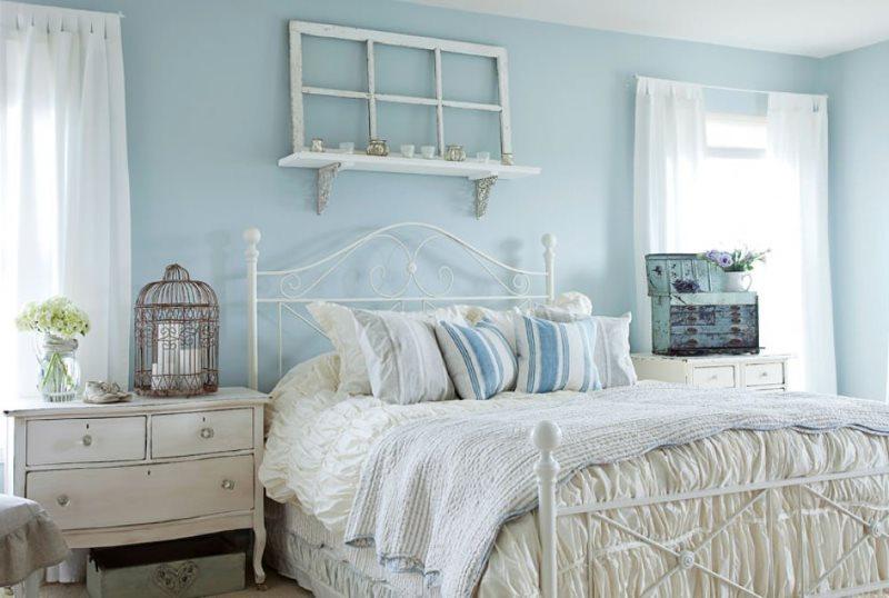 Murs bleus de la chambre de style provençal