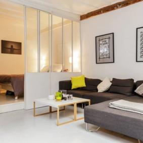 phòng khách và phòng ngủ trong một phòng tổng quan