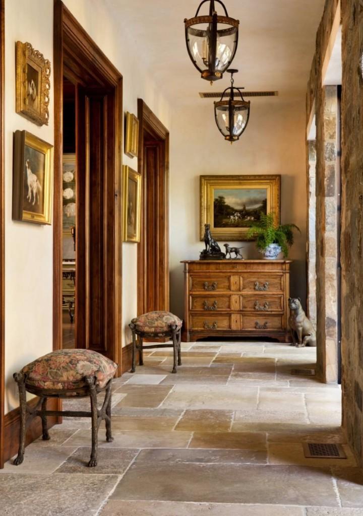 Grand couloir d'une maison de campagne de style italien