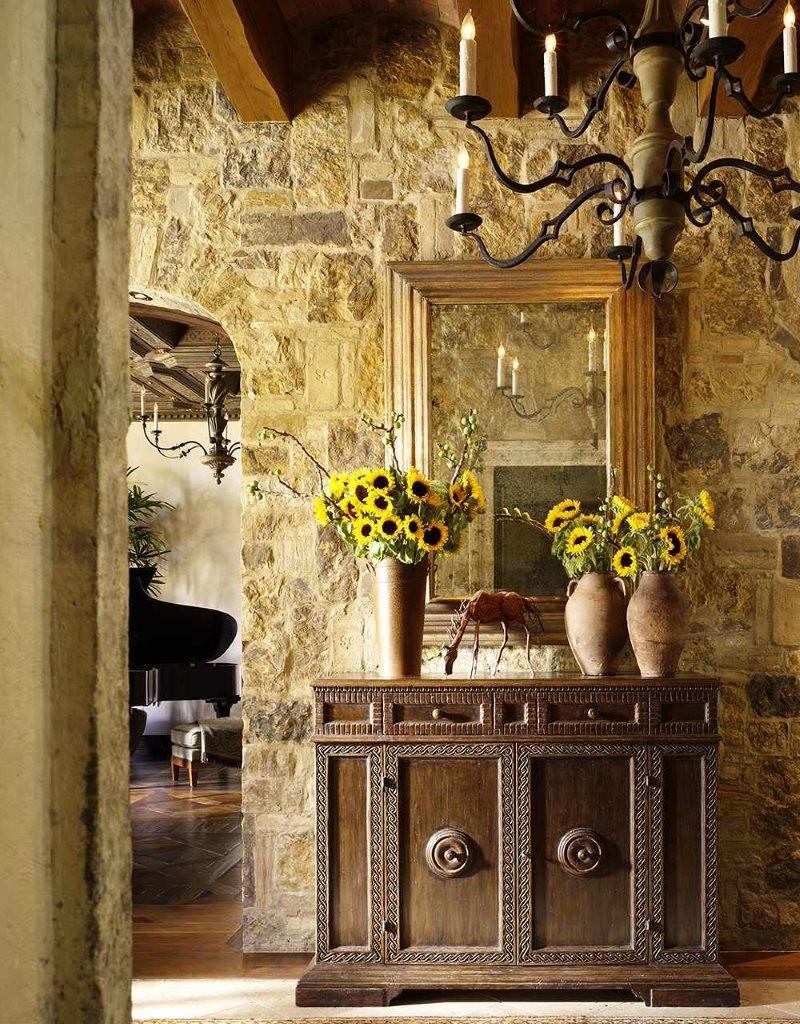 Fleurs fraîches dans un vase sur une commode dans le couloir