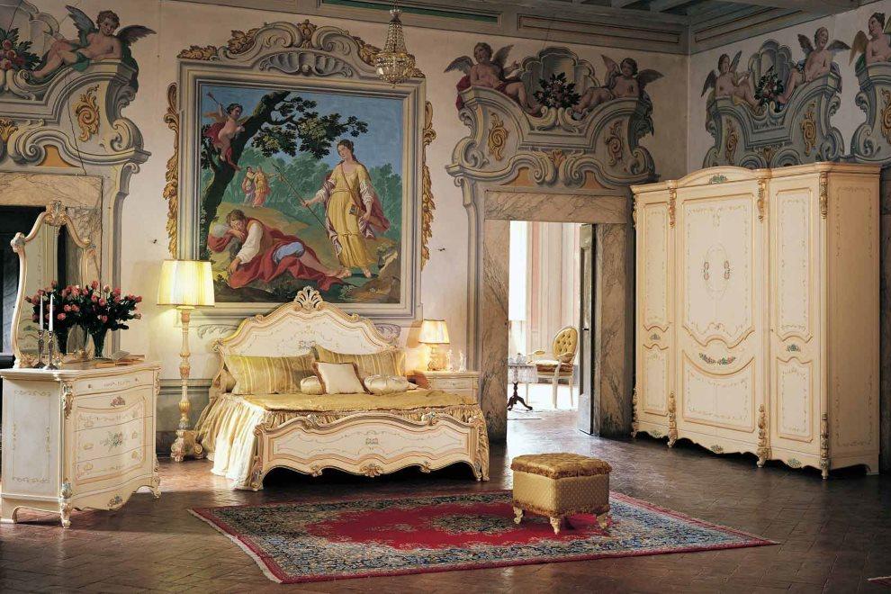 Image dans un beau cadre sur un canapé doré