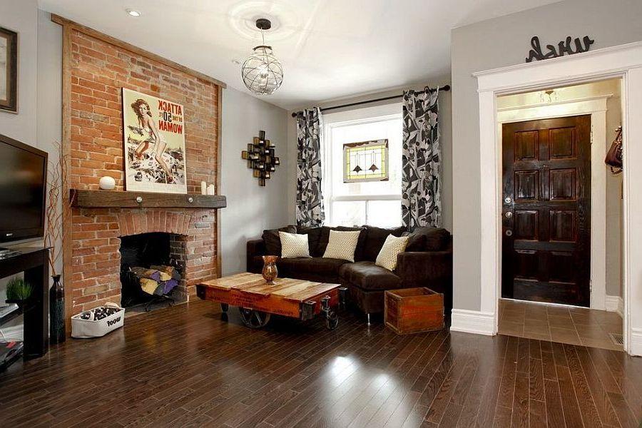 mur de briques dans le salon avec cheminée
