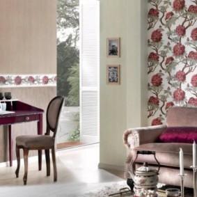 combinaison de papier peint dans le décor du salon