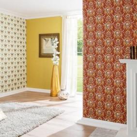combinaison de papier peint dans le salon