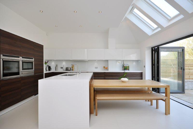 المطبخ غرفة الطعام الداخلية بألوان متباينة.