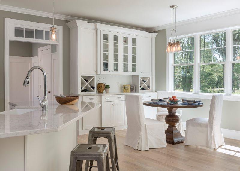 طاولة خشبية داكنة اللون في مطبخ منزل خاص