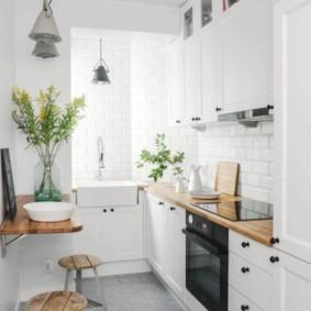 Ensemble linéaire dans une cuisine étroite