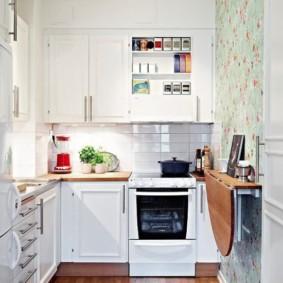 Table pliante dans une petite cuisine