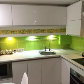 Tablier vert dans une petite cuisine