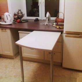 Une petite table dans la cuisine d'un appartement en ville