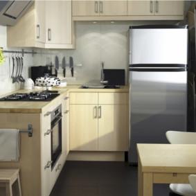 Petit frigo dans une petite cuisine