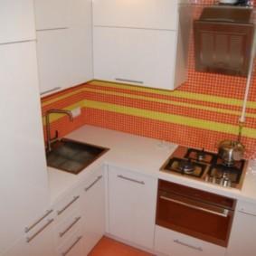 Tablier lumineux dans une cuisine blanche