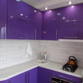 Casque de comptoir blanc avec façades violettes