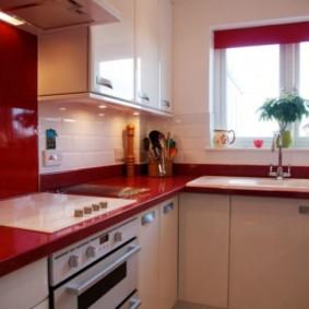 Comptoir rouge de meubles de cuisine