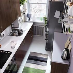 Tapis à rayures sur le sol d'une petite cuisine
