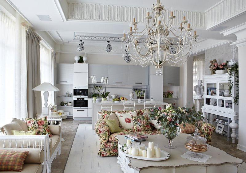 Un grand lustre au plafond d'un salon de style provençal