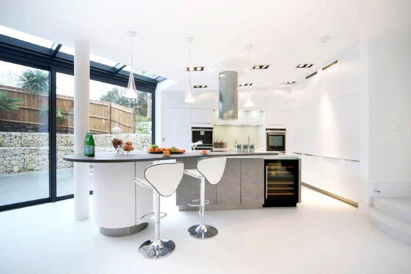 غرفة طعام ومطبخ على الطراز الأبيض مع نافذة بانورامية