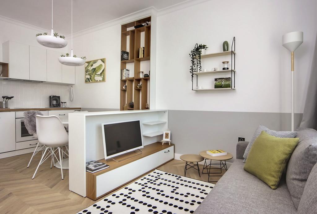 Canapé gris dans un petit studio
