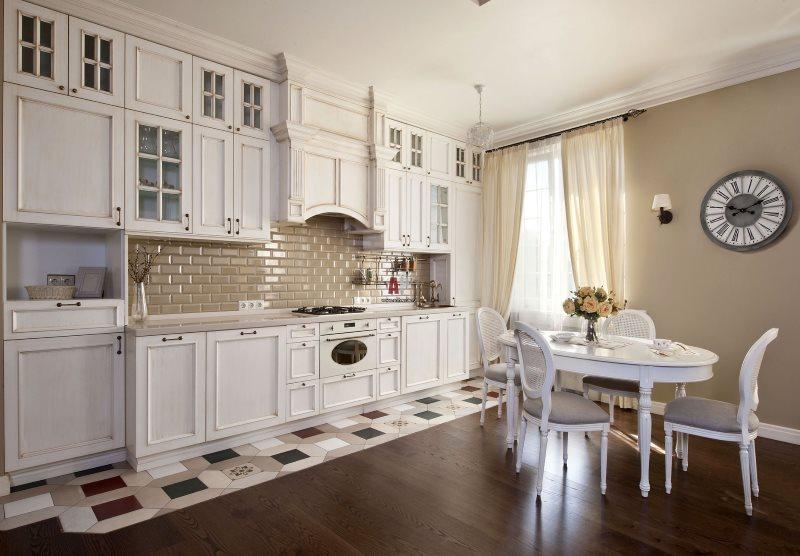 Rideaux beiges en tissu translucide dans la cuisine provençale