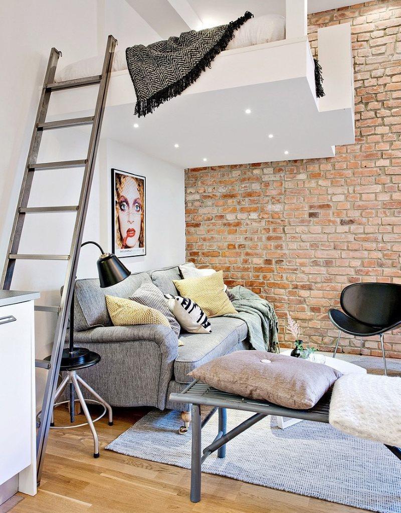 Échelle dans l'appartement avec mezzanine