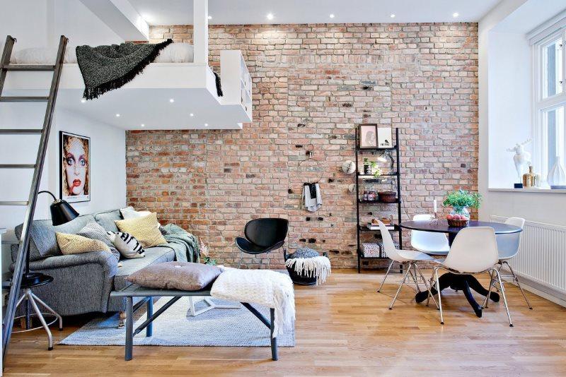 L'intérieur d'un studio de 20 m² en style loft avec mezzanine