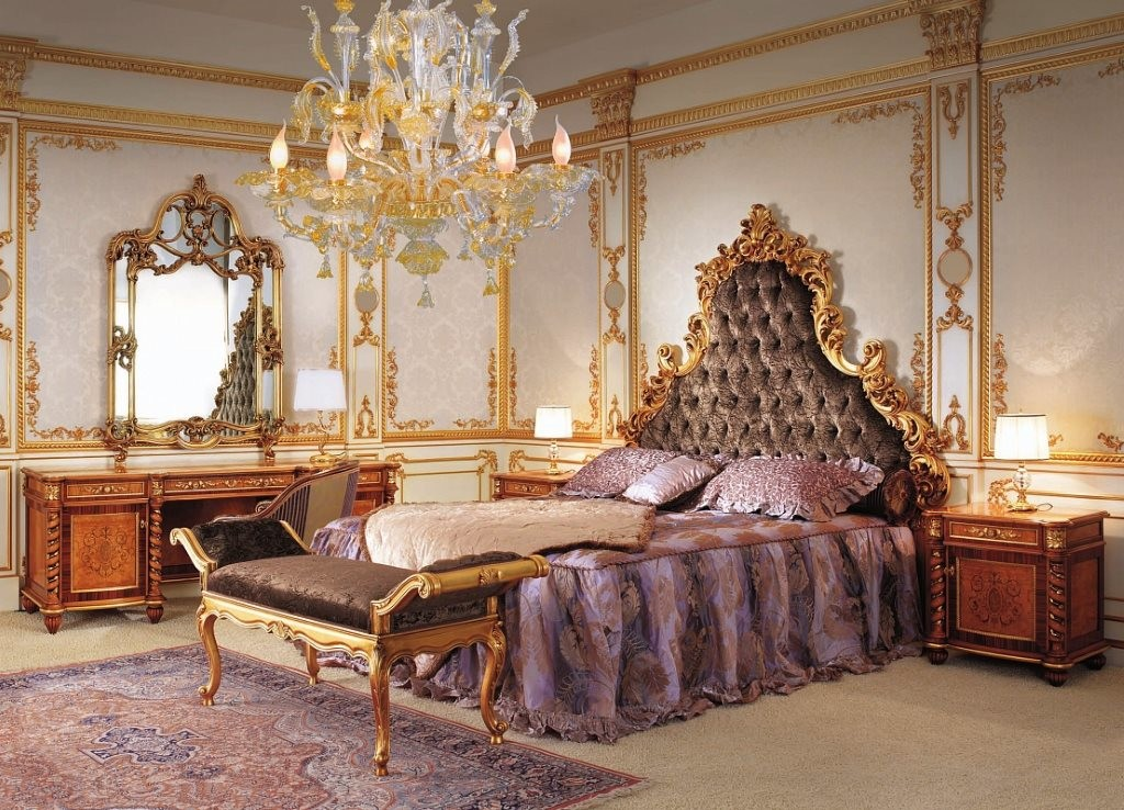Lustre en cristal dans la chambre baroque