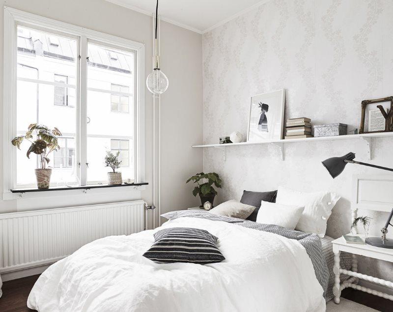 Couvre-lit blanc dans la chambre scandinave