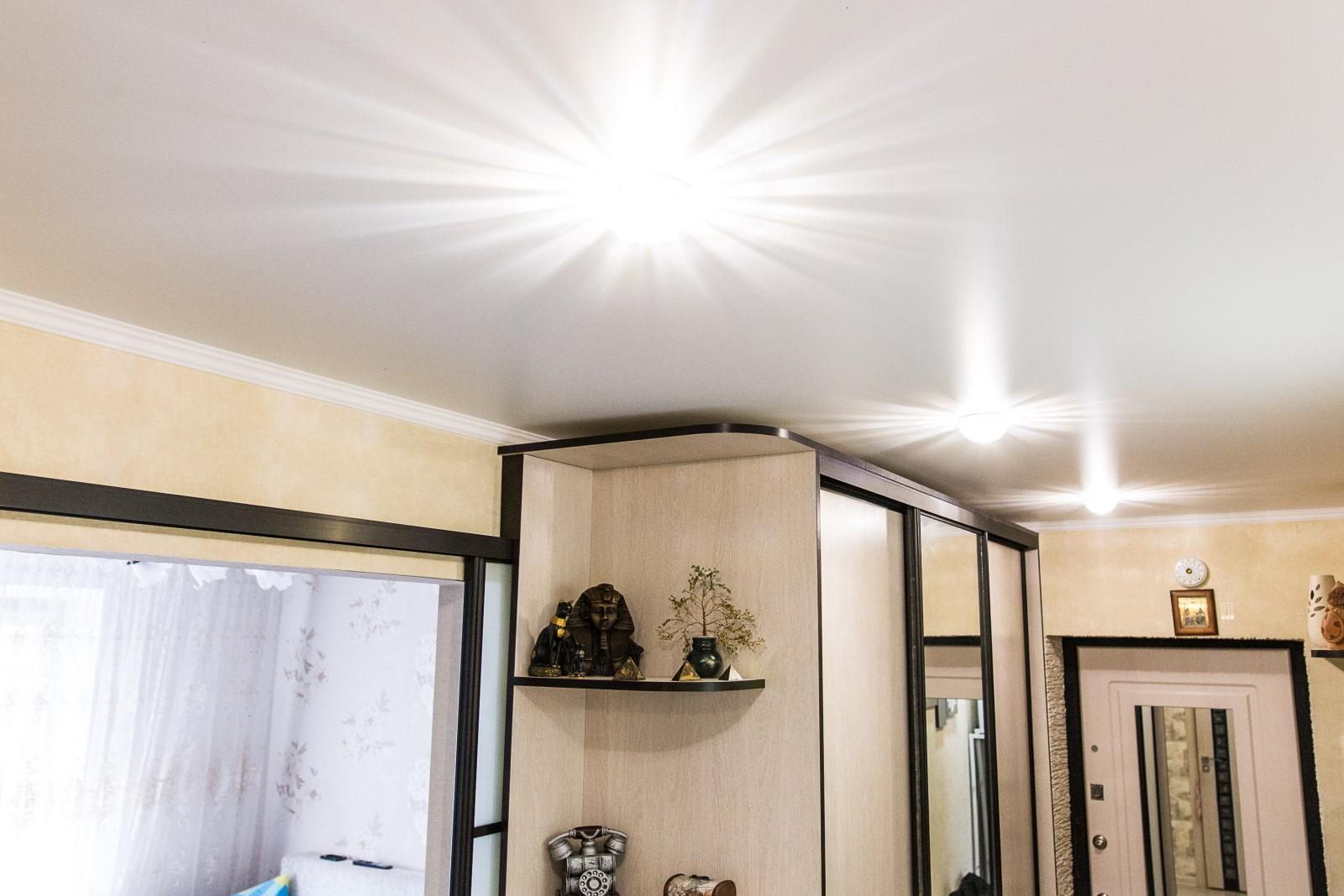 photo de décor de couloir de plafond tendu