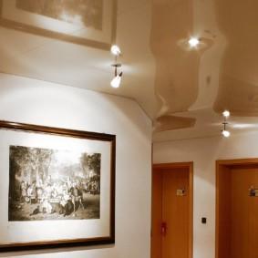 plafond suspendu dans le couloir de l'idée